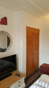 A seating area at Edwardian Apartment Garden Flat