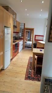 A kitchen or kitchenette at Edwardian Apartment Garden Flat