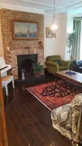 The lounge or bar area at Edwardian Apartment Garden Flat