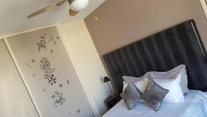 A bed or beds in a room at Nice Centre, Magnifique Studio Proche Mer
