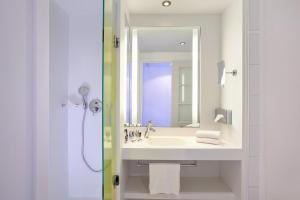 A bathroom at Mercure Rouen Centre Cathédrale