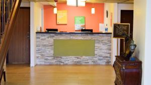 The lobby or reception area at Motel 6-Springfield, OH