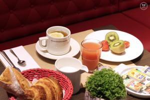 Coffee and tea-making facilities at Hôtel Henri IV