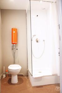 A bathroom at Hôtel Henri IV