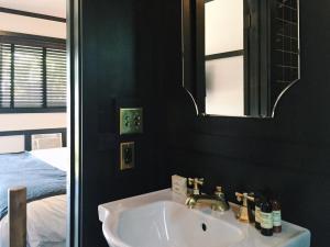 A bathroom at Brentwood Hotel