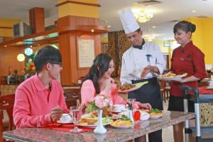 A restaurant or other place to eat at Golden View Hotel