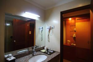 A bathroom at Golden View Hotel