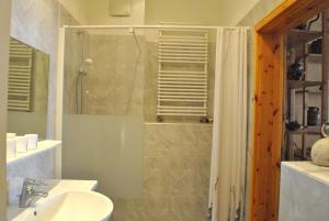 Ein Badezimmer in der Unterkunft Ferienwohnung Warnemünde Altstadt (RC)