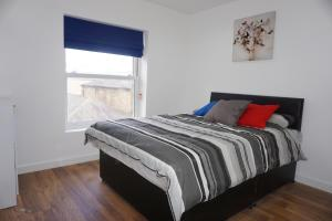 A bed or beds in a room at Town Centre Apartments