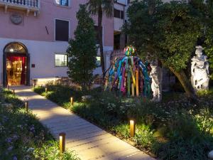 A garden outside Palazzo Venart Luxury Hotel