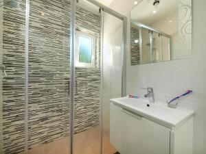A bathroom at Calheta 25