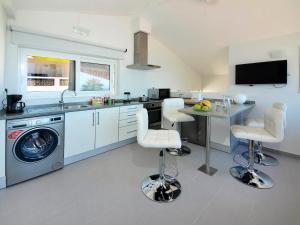 A kitchen or kitchenette at Calheta 25