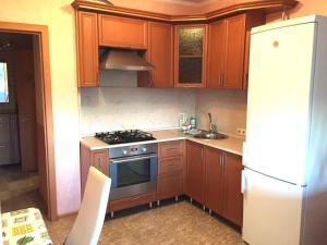 Кухня или мини-кухня в Apartment Belomorskiye
