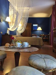 Coffee and tea-making facilities at Hotel Relais Filonardi