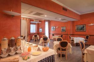 A restaurant or other place to eat at Park Hotel Dei Massimi