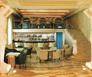 A restaurant or other place to eat at Savoy