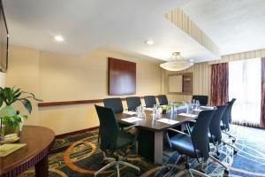 Zona business o sala conferenze di Radisson Hotel JFK Airport