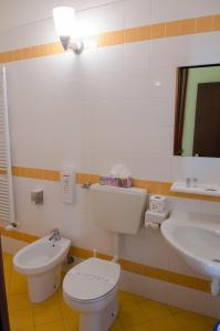 A bathroom at Hotel Oberje De La Viere