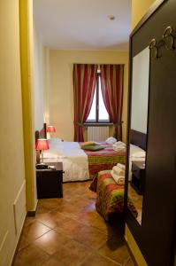 A bed or beds in a room at Hotel Oberje De La Viere