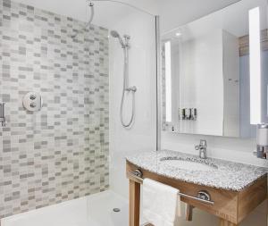 A bathroom at Hampton by Hilton Glasgow Central