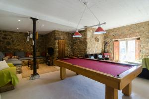 A pool table at Chalet Monchique