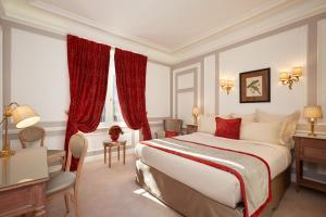 A room at Hôtel Regina Louvre
