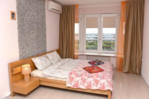 Кровать или кровати в номере Apartments Kupchinskaya