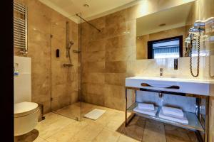 A bathroom at Copernicus Toruń Hotel
