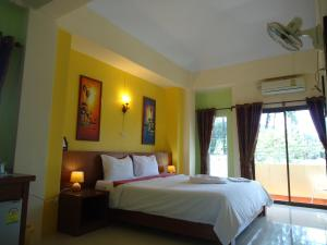 A bed or beds in a room at Thai Life Guesthouse