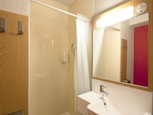 A bathroom at B&B Hôtel Grenoble Centre Alpexpo