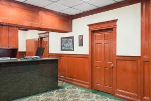 The lobby or reception area at Howard Johnson by Wyndham Saugerties
