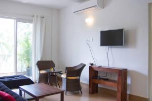 The lounge or bar area at La Quinta Arpora