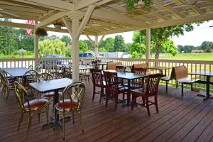 A restaurant or other place to eat at Howard Johnson by Wyndham Saugerties
