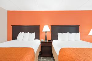 A bed or beds in a room at Howard Johnson by Wyndham Saugerties