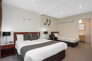 A room at New Crossing Place Motel