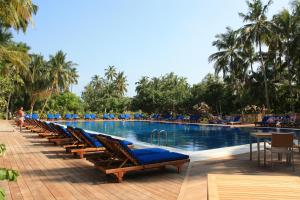 Бассейн в Vilamendhoo Island Resort & Spa или поблизости