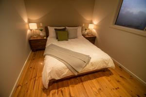 A bed or beds in a room at Sovereign Hideaway