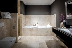 A bathroom at Luxury Suites Amsterdam - Member of Warwick Hotels