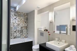 Um banheiro em Hôtel Square Louvois