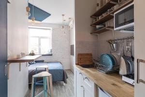 Кухня или мини-кухня в Уютные апартаменты «Рубика»