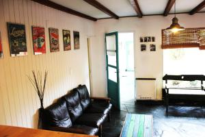 La sala de estar o bar de Areco hospedaje