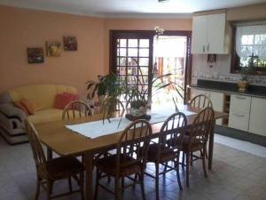 Um restaurante ou outro lugar para comer em Casa das Palmeiras + Quiosque