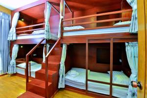 A bunk bed or bunk beds in a room at Backpacker(Bed & Breakfast)