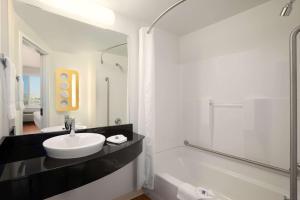 Ванная комната в Motel 6-Swift Current, SK