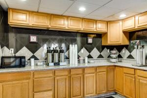 A kitchen or kitchenette at Motel 6-El Paso, TX - West