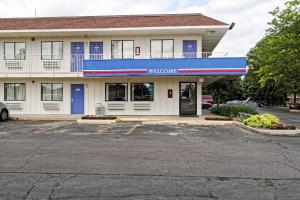 The facade or entrance of Motel 6-Amherst, OH - Cleveland West - Lorain
