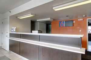 The lobby or reception area at Motel 6-Amherst, OH - Cleveland West - Lorain