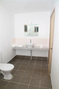 A bathroom at Evis Resort at Nggatirana Island