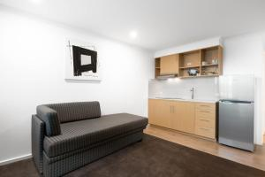 A kitchen or kitchenette at New Crossing Place Motel