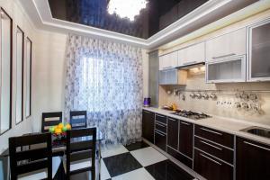 Кухня или мини-кухня в Apartment On Petrova 20